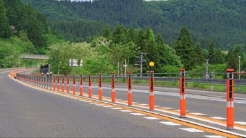 高速道路のカーブ部分での設置イメージ 支柱カバーの装着により視認性が向上している(前方)