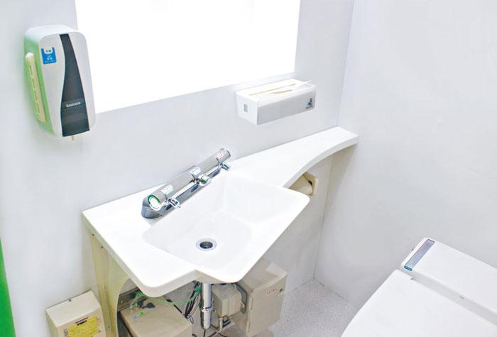 個室で洗いましょうで、給水栓に触れずに手洗い可能